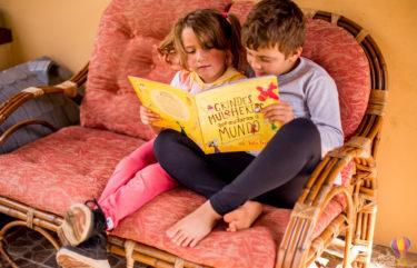 Irmãos lendo no sofá