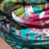 Macacão com estampa de lírios rosa em fundo verde água